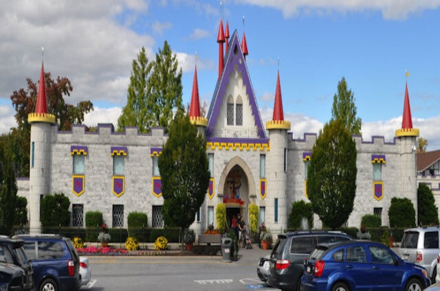Featuring exceptional rides, shows and attractions, Dutch Wonderland offers fun-filled days of family-friendly entertainment.