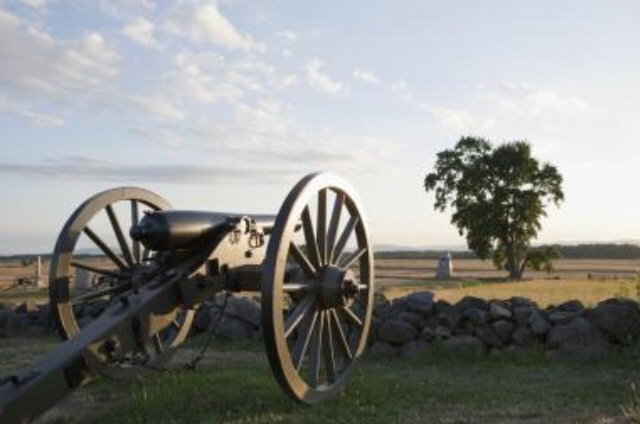 Approximately 653 cannons were assigned to the two armies (372 to the Union Army and 281 to the Confederate Army) in the Gettysburg Campaign, and that today there are approximately 370 cannons that sit on the battlefield that had been placed by the Gettysburg Battlefield Memorial Association.